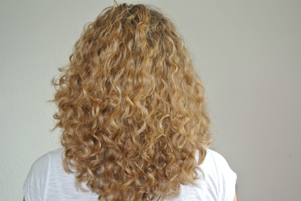 Shiny curls with the JojOba Monoi deep conditioner