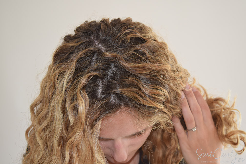 Adding volume to curly hair with the zig-zag-part