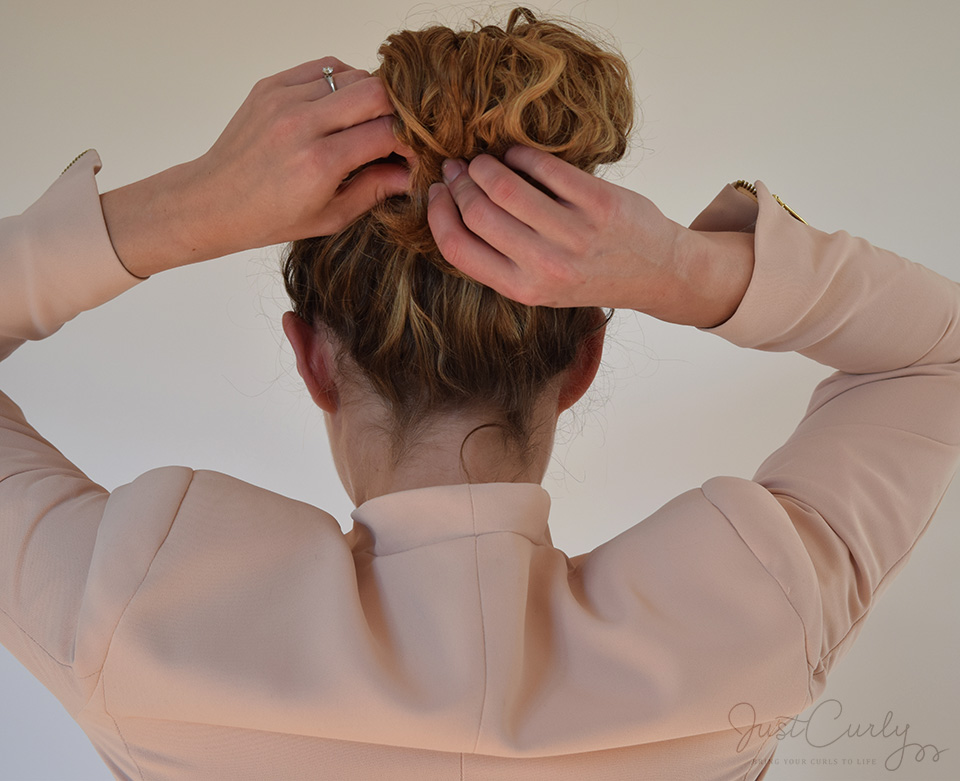 messy bun tutorial for curls