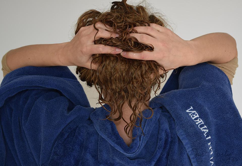 apply shampoo to curly hair