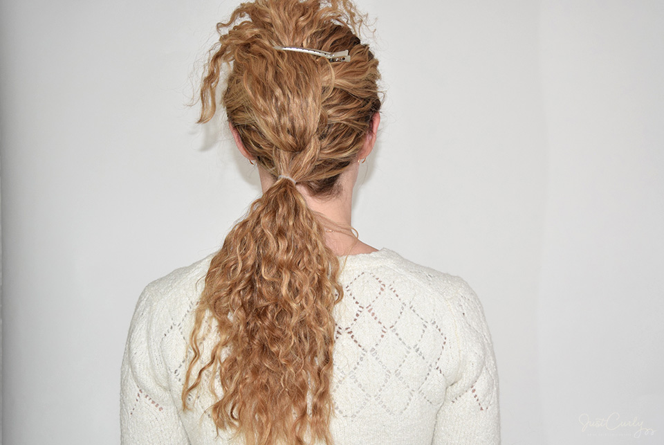 10. Add the last fourth of your hair to the braid by adding it to the two sections and fix them with a small hair tie. Because I later want my braid to lie on my left shoulder, I already place this last ponytail a bit to my left.